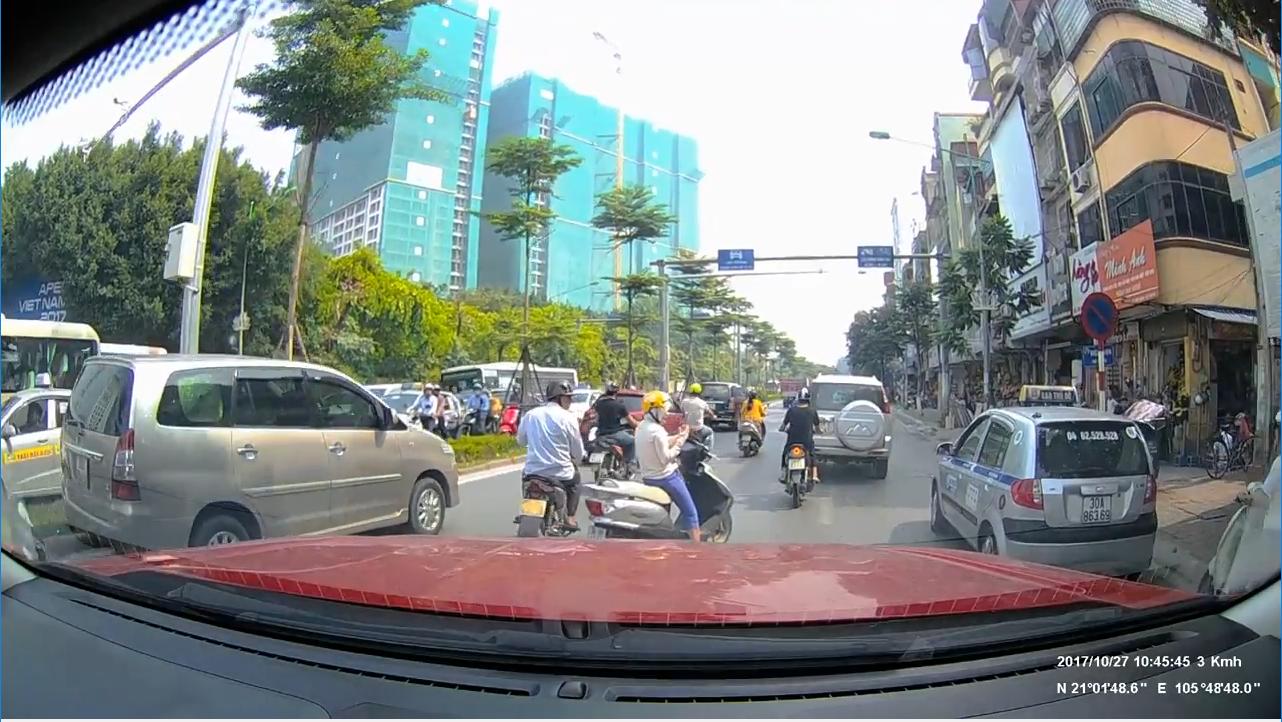 """""""Ninja"""" bình thản dừng xe giữa đường bấm điện thoại bị anh Tây nhấc bổng, lôi cả người và xe vào vỉa hè"""