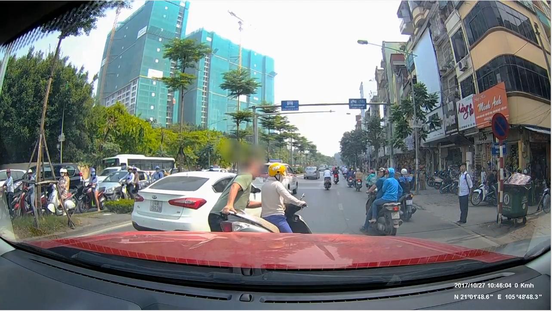 Clip: Ninja bình thản dừng xe giữa đường bấm điện thoại bị anh Tây nhấc bổng, lôi cả người và xe vào vỉa hè - Ảnh 3.