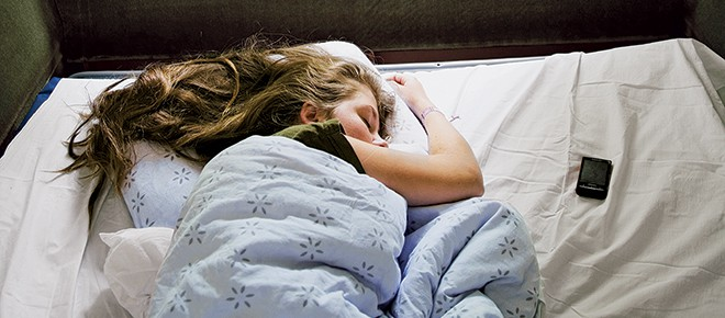 Để điện thoại cạnh người khi đi ngủ vào buổi đêm có khiến cơ thể chết dần chết mòn? Hãy cùng đi tìm lời giải đáp thích đáng - Ảnh 5.