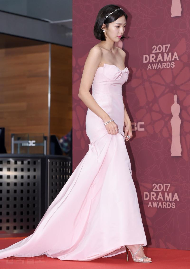 Thảm đỏ MBC Drama Awards hội tụ 30 sao khủng: Rắn độc Hyoyoung cúi người khoe ngực đồ sộ, chấp hết dàn mỹ nhân hạng A - Ảnh 28.