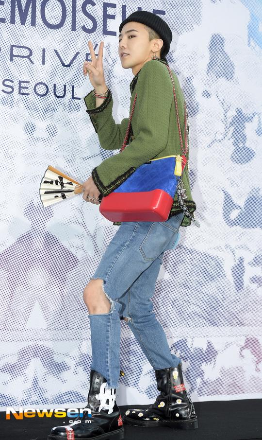Cùng tại sự kiện Chanel: G-Dragon lấy quạt che mặt, CL liên tục kéo váy, Yoona thì đẹp bất chấp - Ảnh 2.
