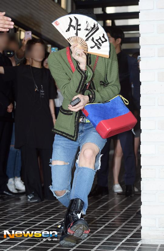 Cùng tại sự kiện Chanel: G-Dragon lấy quạt che mặt, CL liên tục kéo váy, Yoona thì đẹp bất chấp - Ảnh 1.