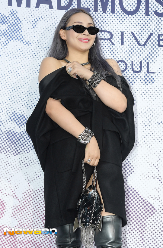 Cùng tại sự kiện Chanel: G-Dragon lấy quạt che mặt, CL liên tục kéo váy, Yoona thì đẹp bất chấp - Ảnh 5.