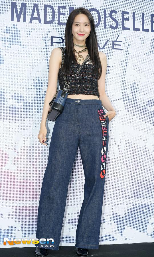 Cùng tại sự kiện Chanel: G-Dragon lấy quạt che mặt, CL liên tục kéo váy, Yoona thì đẹp bất chấp - Ảnh 8.