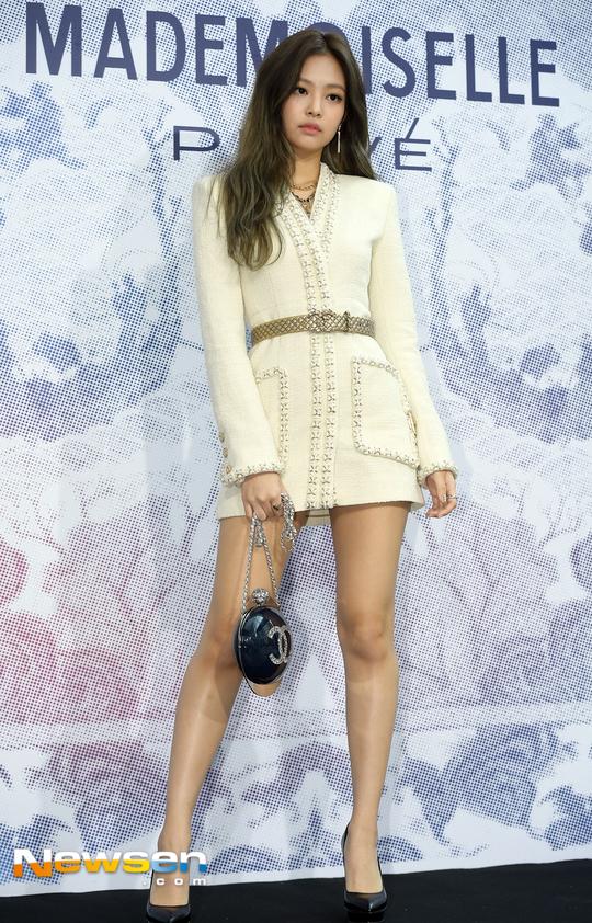 Cùng tại sự kiện Chanel: G-Dragon lấy quạt che mặt, CL liên tục kéo váy, Yoona thì đẹp bất chấp - Ảnh 9.