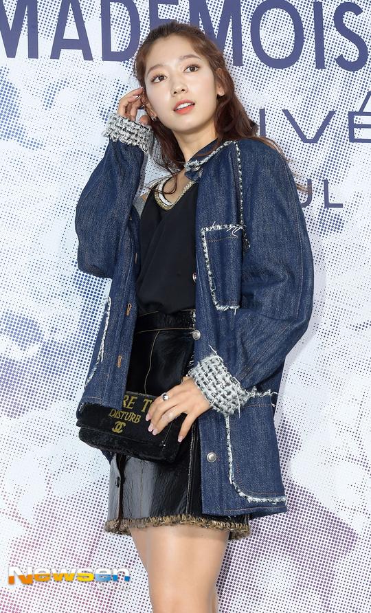 Cùng tại sự kiện Chanel: G-Dragon lấy quạt che mặt, CL liên tục kéo váy, Yoona thì đẹp bất chấp - Ảnh 12.