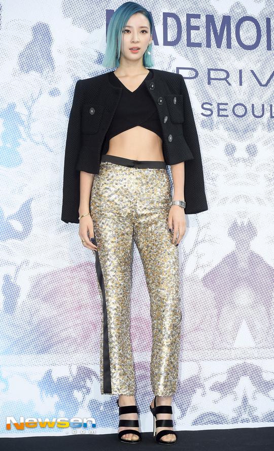 Cùng tại sự kiện Chanel: G-Dragon lấy quạt che mặt, CL liên tục kéo váy, Yoona thì đẹp bất chấp - Ảnh 16.