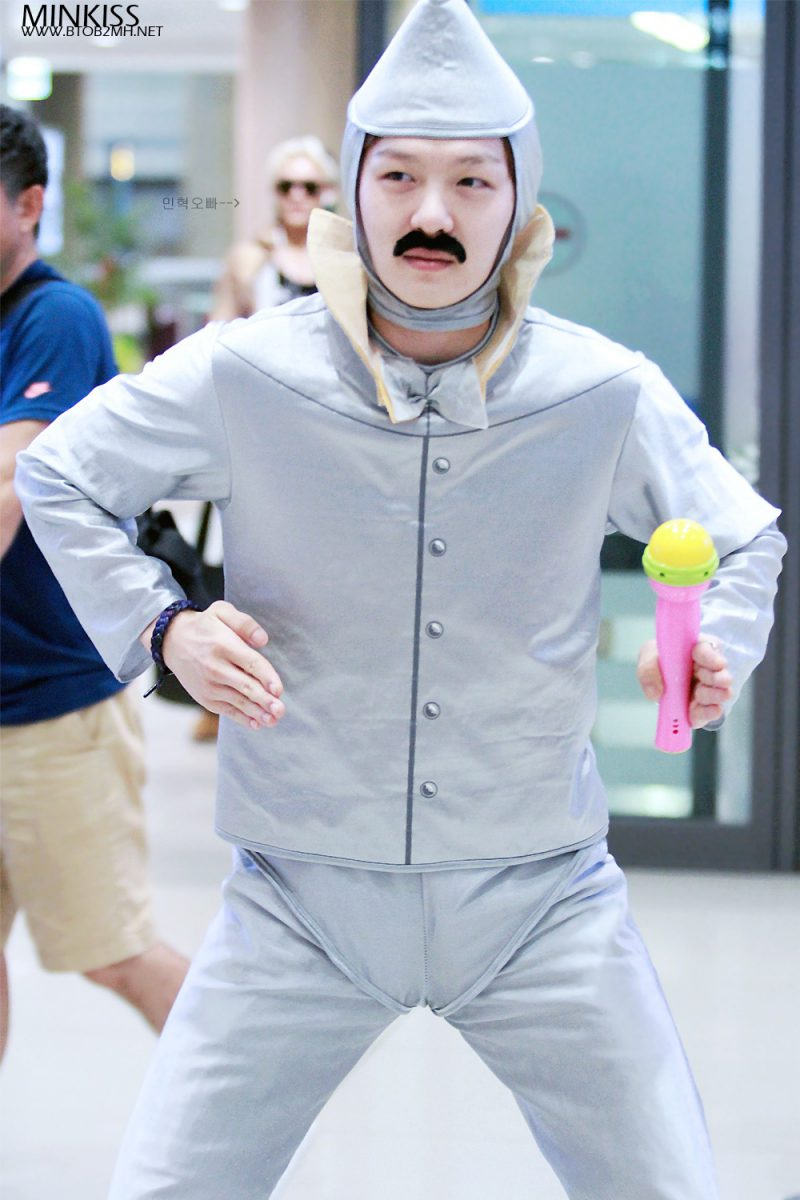 1001 kiểu thời trang sân bay dị như thể sợ không ai nhìn của các nam idol xứ Hàn - Ảnh 14.