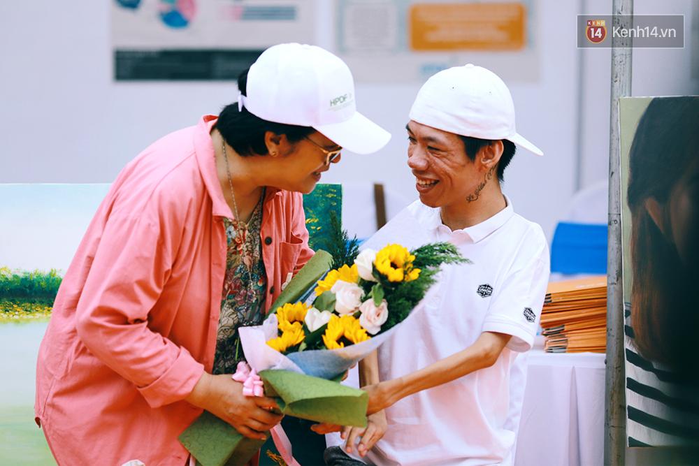 Họa sĩ khuyết tật Lê Minh Châu vẽ chân dung học trò để triển lãm tại gian hàng Sáng kiến Màu cam - Ảnh 1.