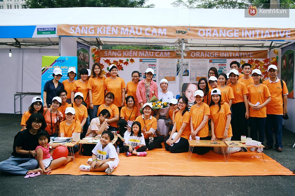 Họa sĩ khuyết tật Lê Minh Châu vẽ chân dung học trò để triển lãm tại gian hàng Sáng kiến Màu cam - Ảnh 3.