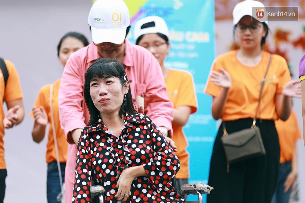 Họa sĩ khuyết tật Lê Minh Châu vẽ chân dung học trò để triển lãm tại gian hàng Sáng kiến Màu cam - Ảnh 9.