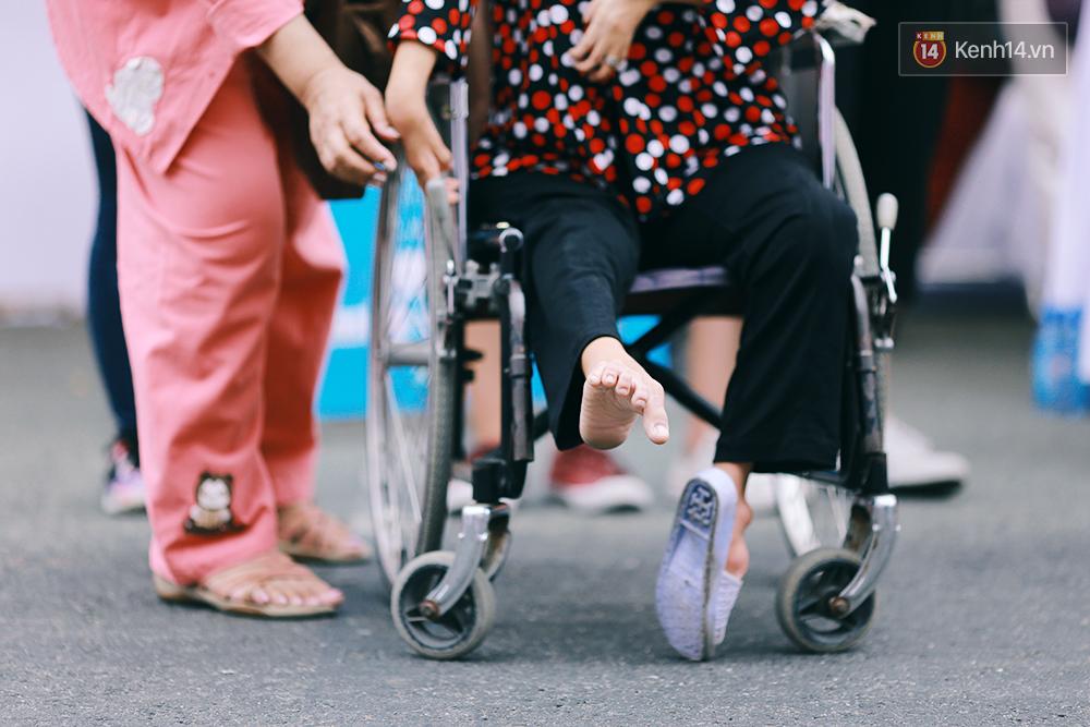 Họa sĩ khuyết tật Lê Minh Châu vẽ chân dung học trò để triển lãm tại gian hàng Sáng kiến Màu cam - Ảnh 2.