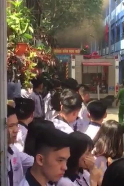 Cháy trường học ở TP.HCM, hàng trăm giáo viên và học sinh tháo chạy thục mạng - Ảnh 2.