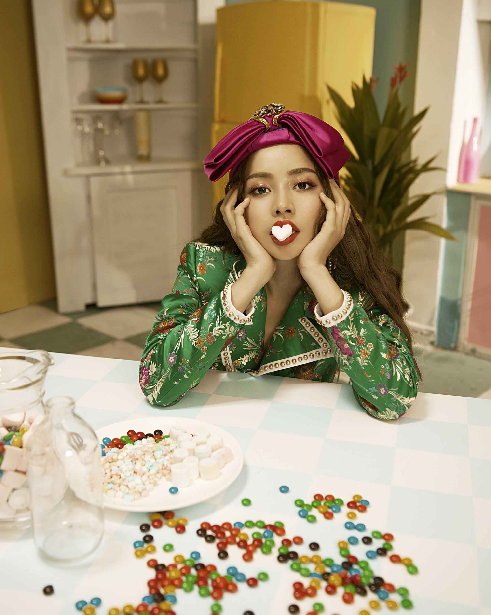 Sau MV chào sân nhiều tranh cãi, Chi Pu phát hành MV debut đậm màu Kpop cùng bạn diễn điển trai xứ Hàn - Ảnh 9.