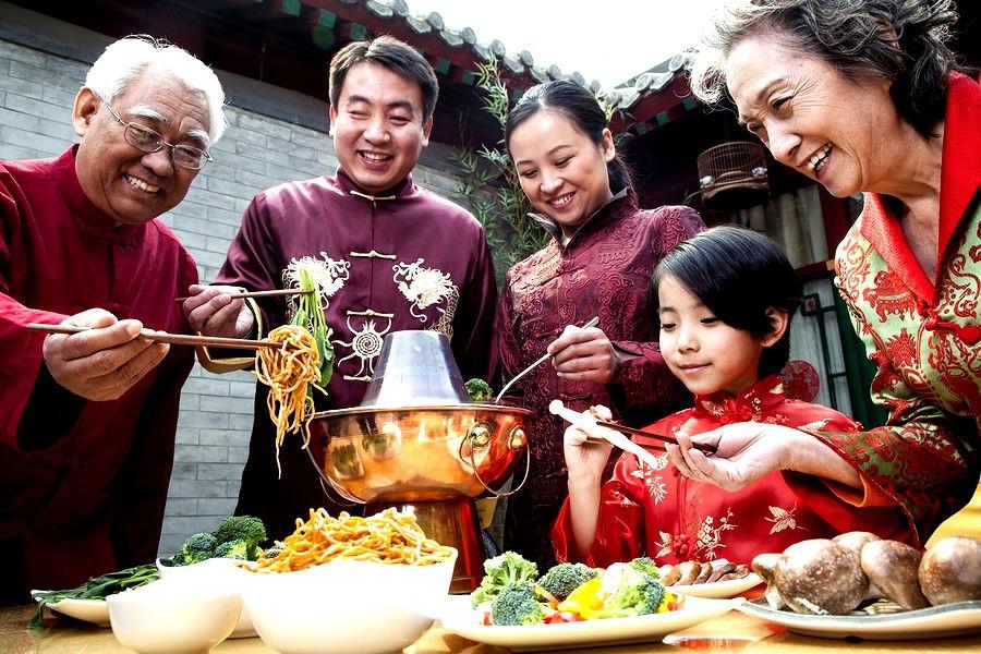 Những phong tục đón năm mới kỳ lạ của các nước mà bạn sẽ muốn thử ít nhất một lần trong đời - Ảnh 1.