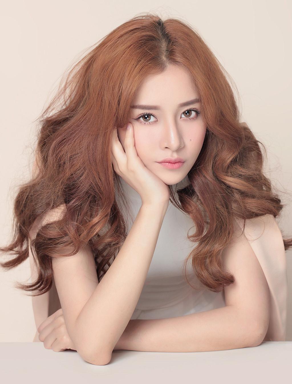 Chi Pu (Nguyễn Thuỳ Chi), sinh năm 1993 tại Hà Nội, là diễn viên, người mẫu, ca sĩ