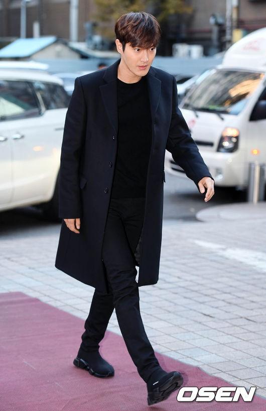 Siwon lịch lãm bước đến, thu hút mọi sự chú ý vì quá điển trai. Nhưng nhận thức được độ nghiêm trọng của vụ scandal vừa qua, Siwon giữ thái độ nghiêm túc