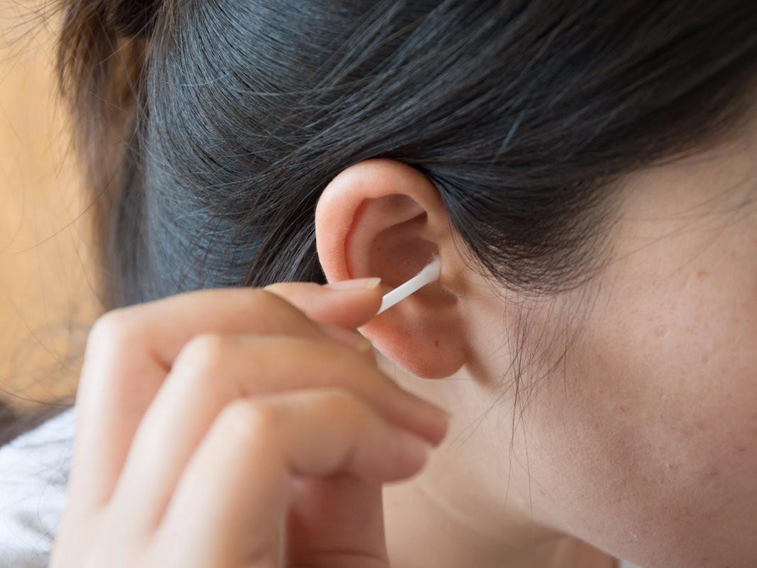 Làm thế nào để lấy ráy tai mà không cần phải dùng bông tăm? - Ảnh 1.