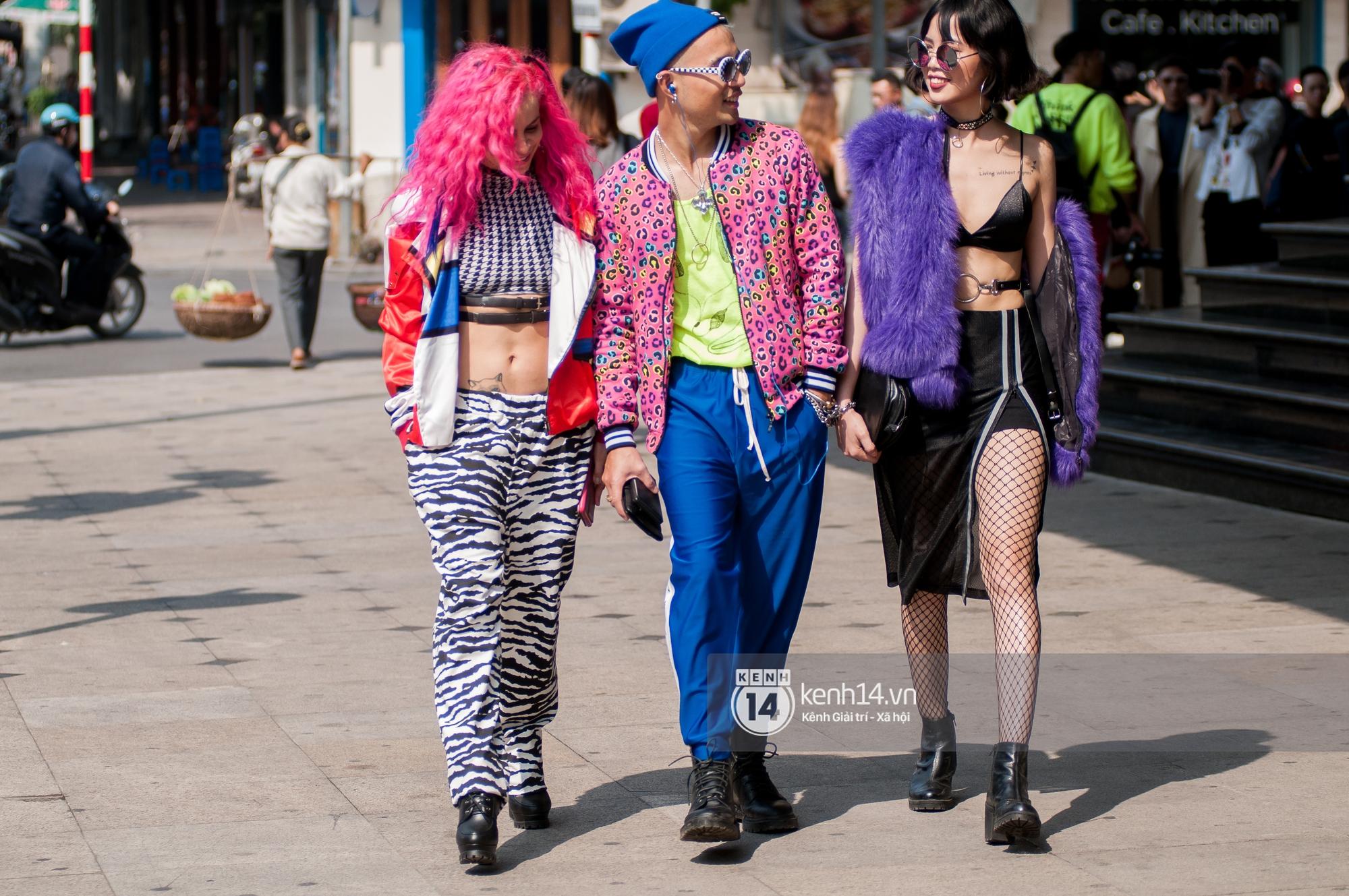 Street style ngày 2 VIFW: Dàn mẫu danh tiếng nhập cuộc, giới trẻ Hà thành thi nhau khoe phong cách dị cùng loạt màu tóc nổi bần bật - Ảnh 19.