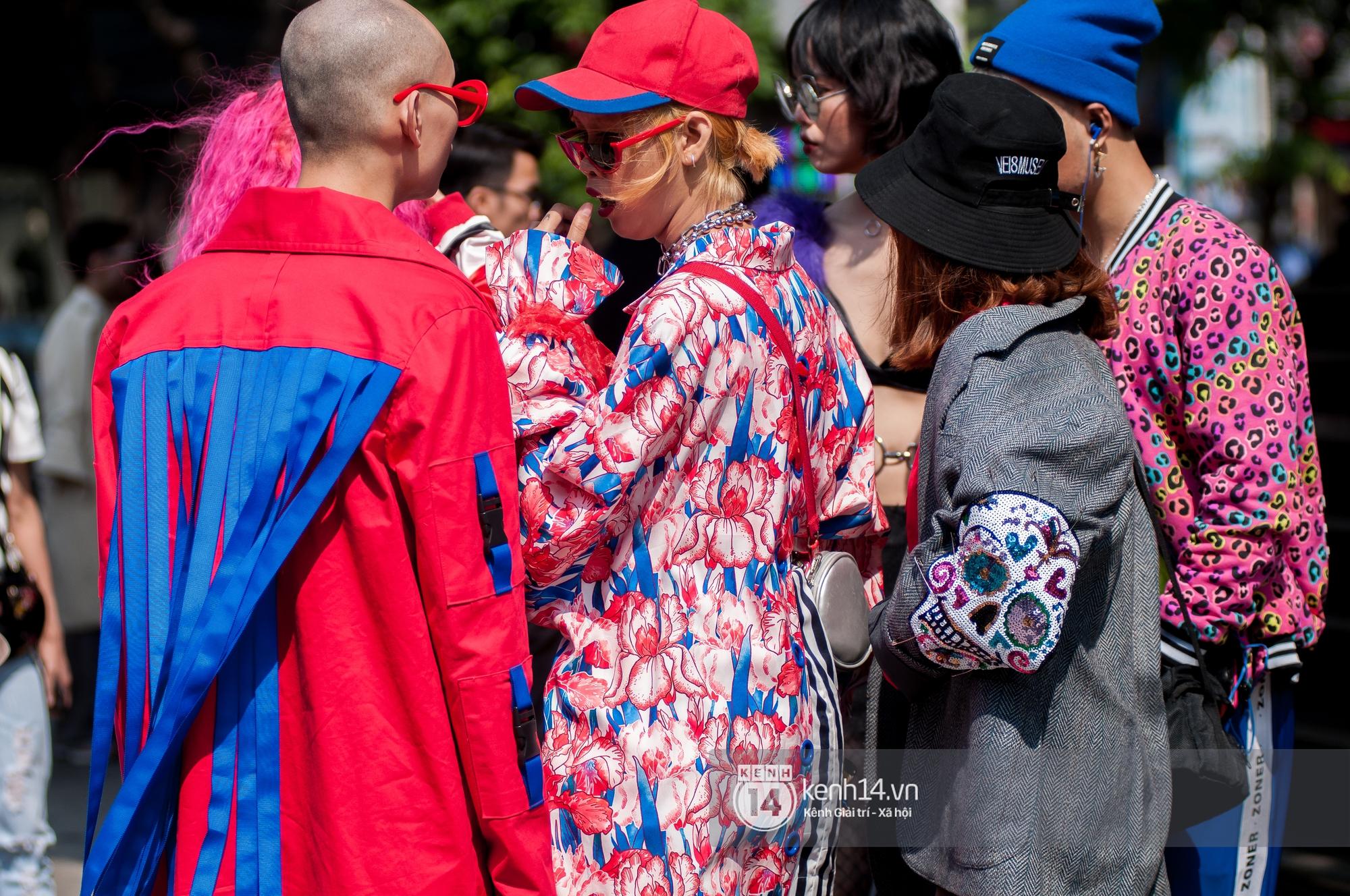 Street style ngày 2 VIFW: Dàn mẫu danh tiếng nhập cuộc, giới trẻ Hà thành thi nhau khoe phong cách dị cùng loạt màu tóc nổi bần bật - Ảnh 18.