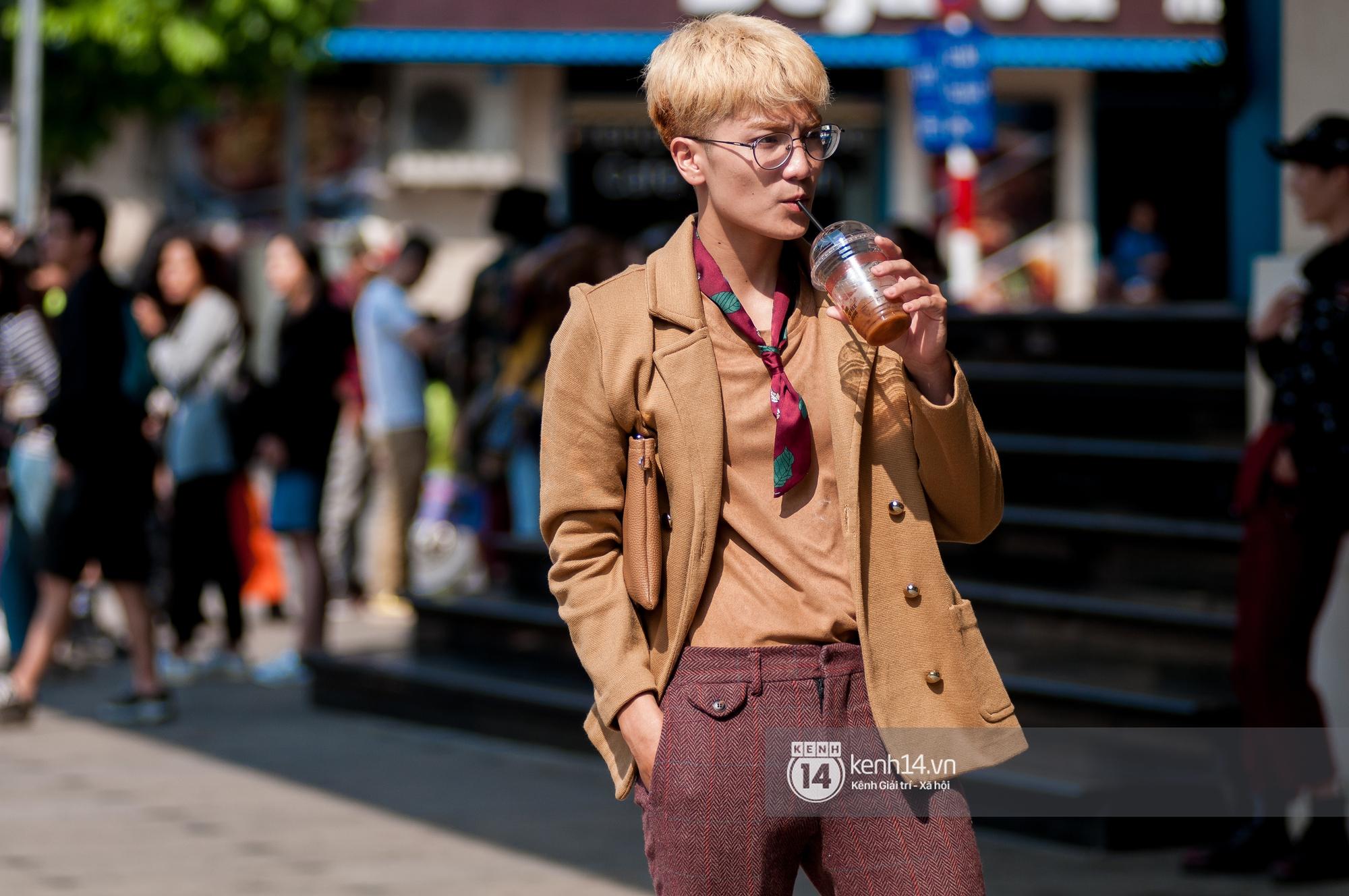 Street style ngày 2 VIFW: Dàn mẫu danh tiếng nhập cuộc, giới trẻ Hà thành thi nhau khoe phong cách dị cùng loạt màu tóc nổi bần bật - Ảnh 24.