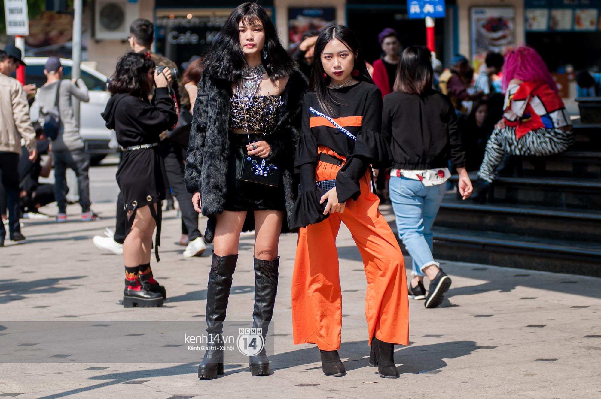 Street style ngày 2 VIFW: Dàn mẫu danh tiếng nhập cuộc, giới trẻ Hà thành thi nhau khoe phong cách dị cùng loạt màu tóc nổi bần bật - Ảnh 17.