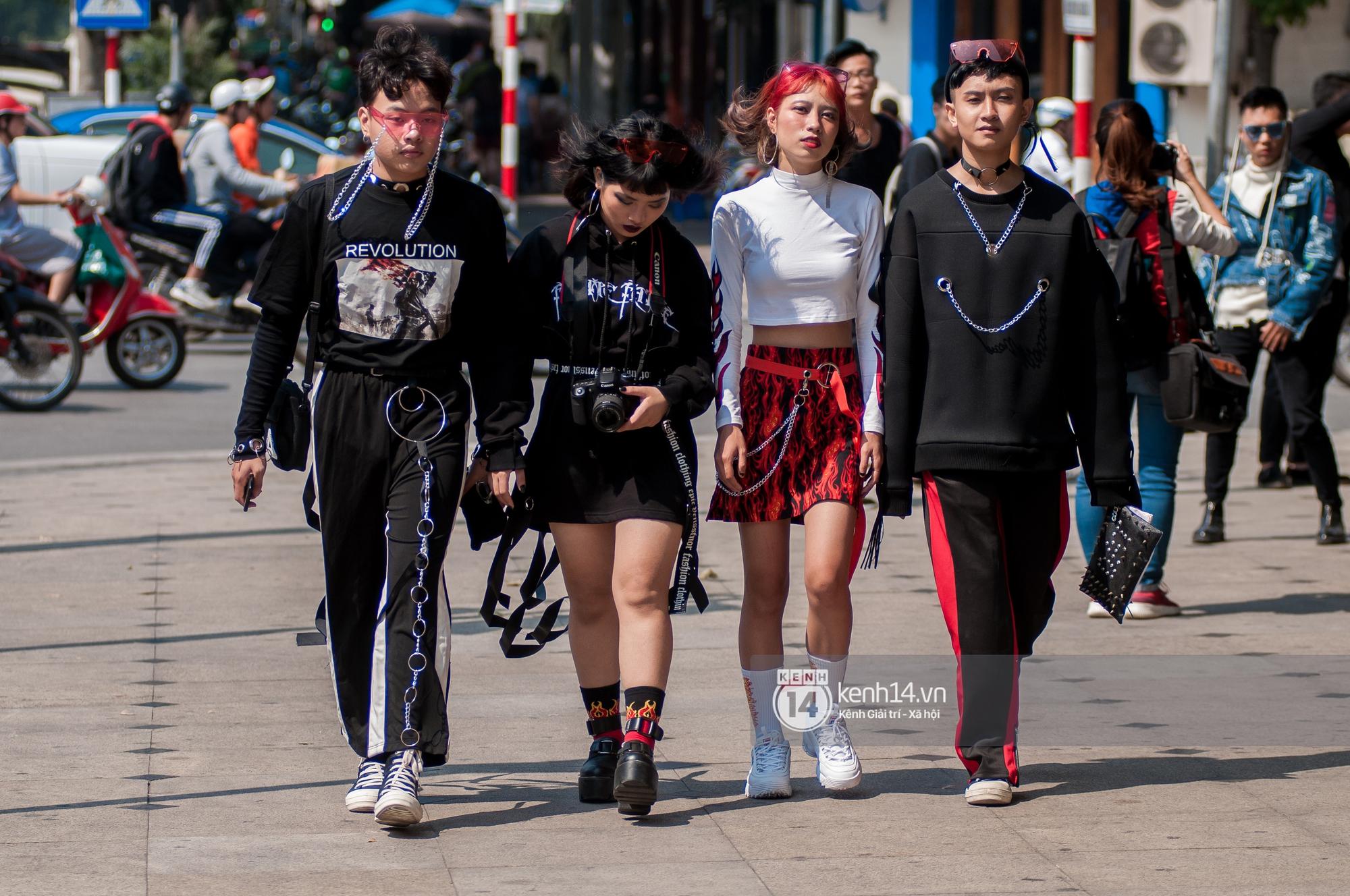 Street style ngày 2 VIFW: Dàn mẫu danh tiếng nhập cuộc, giới trẻ Hà thành thi nhau khoe phong cách dị cùng loạt màu tóc nổi bần bật - Ảnh 16.