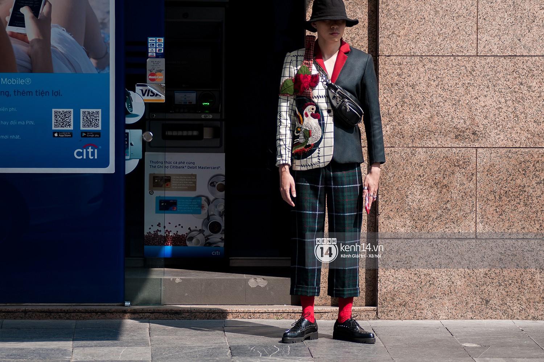 Diện kính bơi, xách làn, lấy thước dây may đo làm vòng cổ... street style ngày 5 VIFW tràn ngập những ca mặc dị khó quên - Ảnh 8.