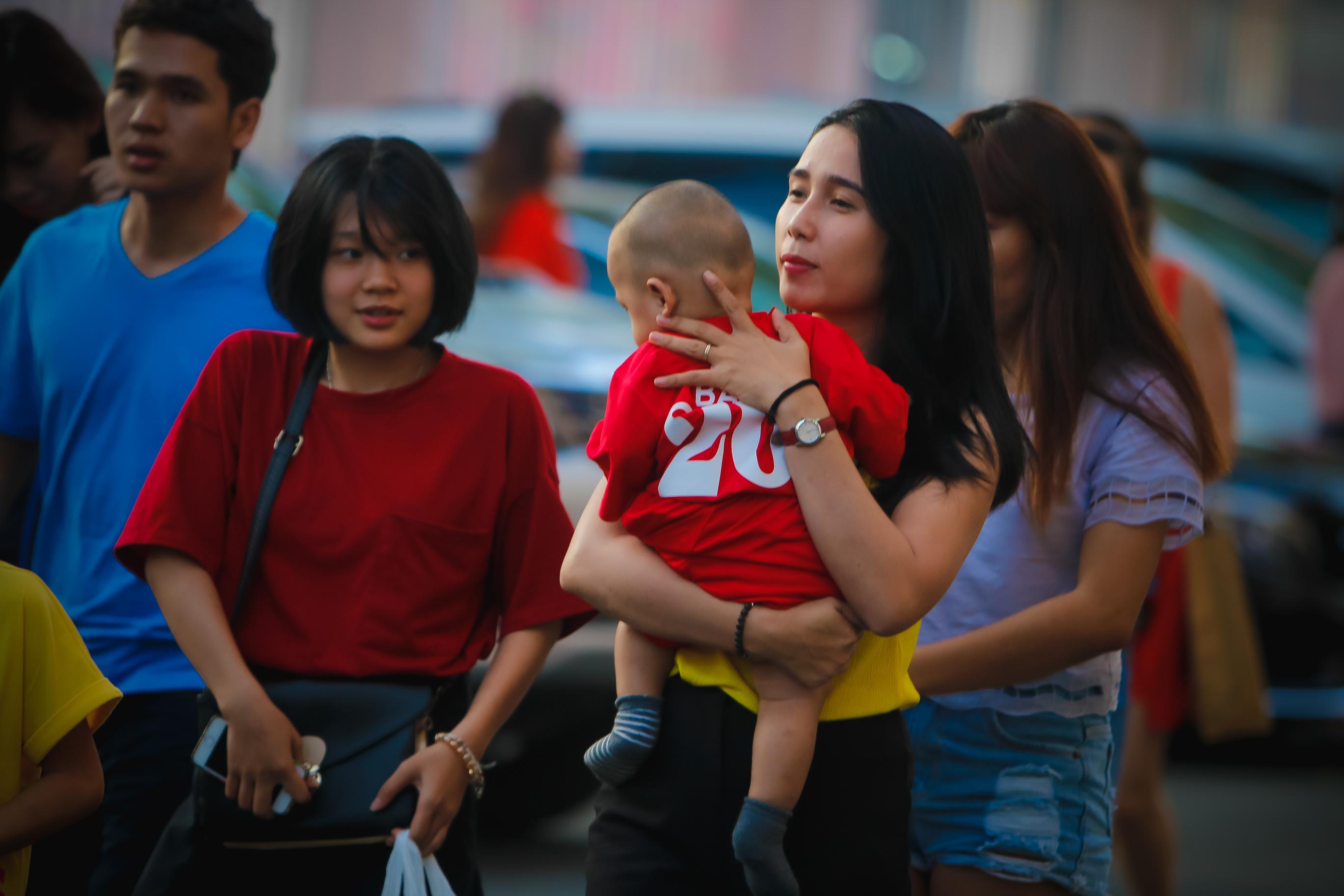 Fan nữ kéo đến sân ủng hộ đội bóng của Công Vinh - Ảnh 2.