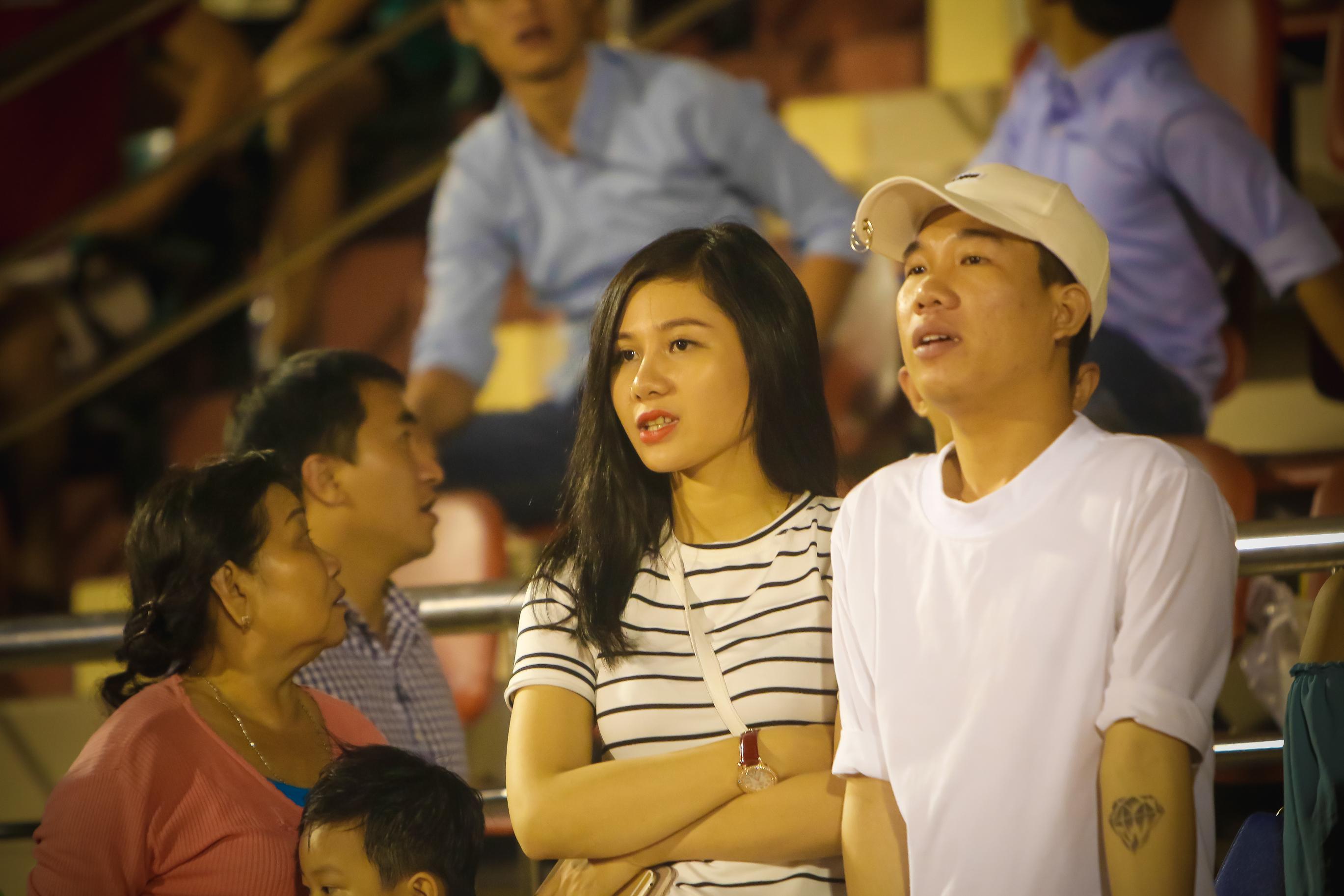 Fan nữ kéo đến sân ủng hộ đội bóng của Công Vinh - Ảnh 6.