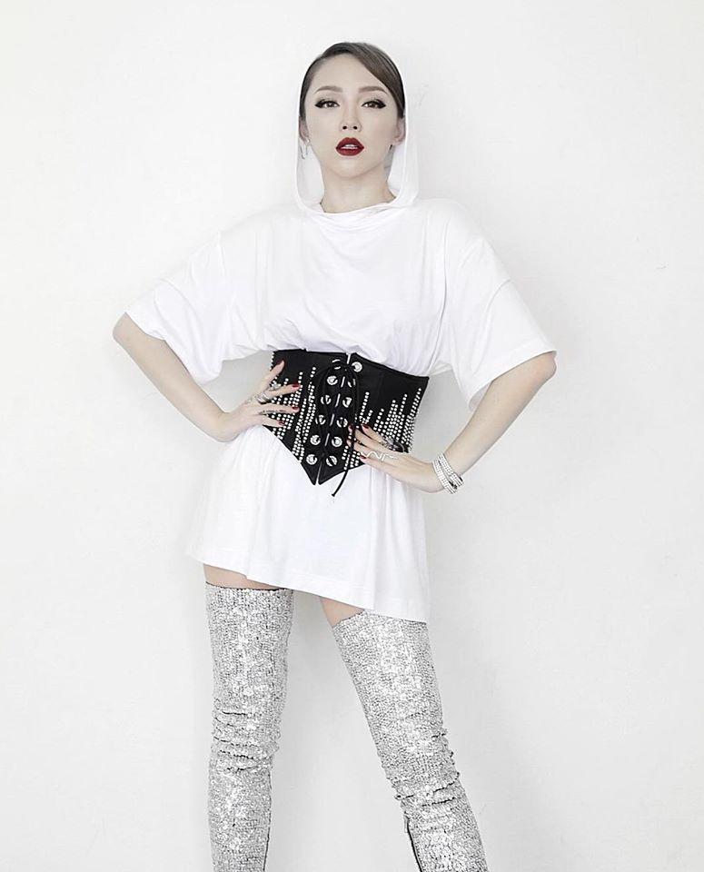 Tóc Tiên, Hương Giang Idol... đua nhau khoe eo với mốt diện corset cùng đồ thun như nhà Kardashian - Ảnh 1.