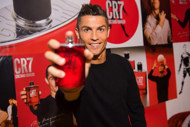Ronaldo làm DJ, quẩy tưng bừng trong ngày ra mắt nước hoa CR7 - Ảnh 2.