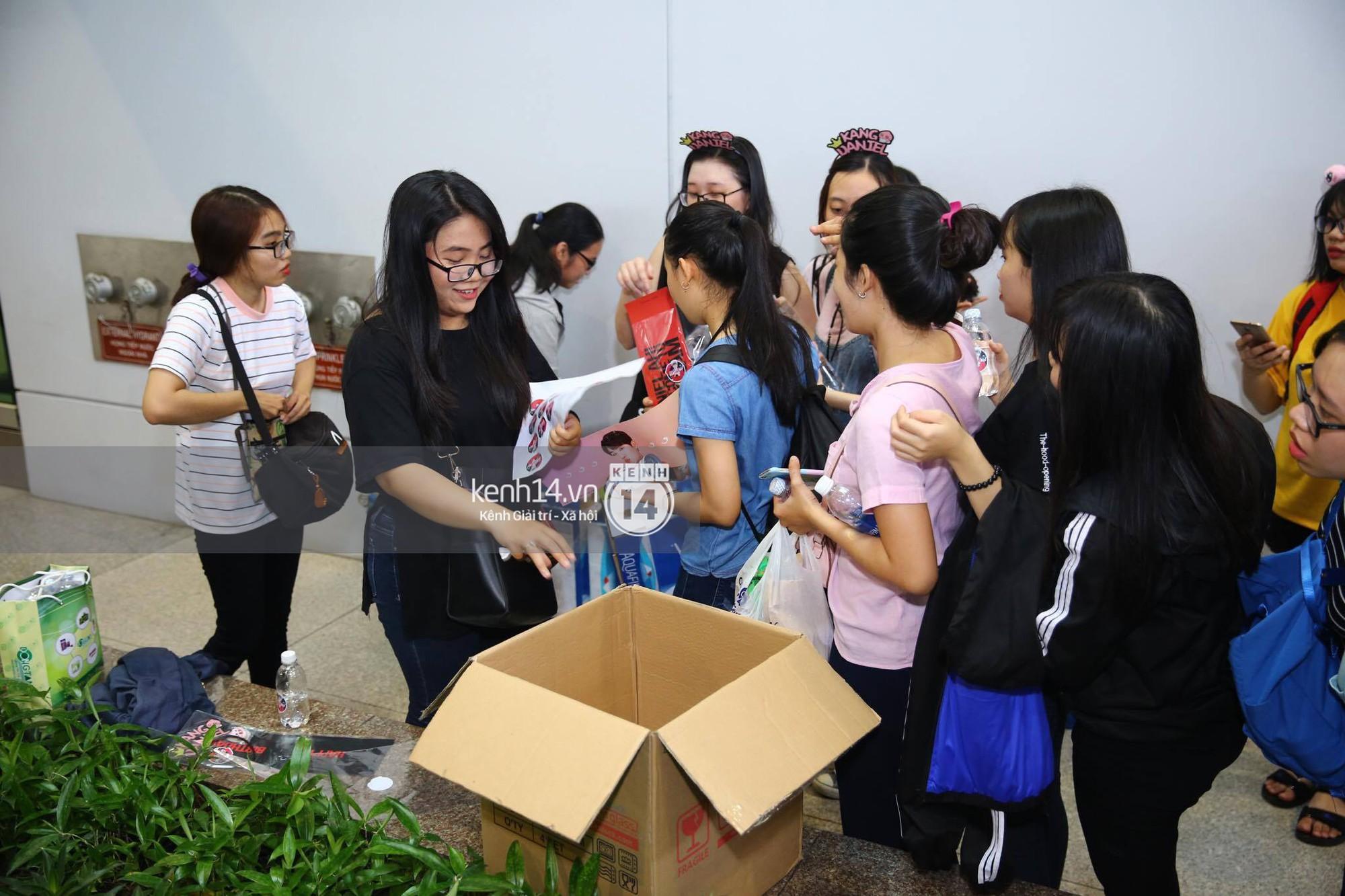 Fan Việt chiếm đóng nửa sân bay Tân Sơn Nhất chỉ để đón chờ WANNA ONE - Ảnh 10.