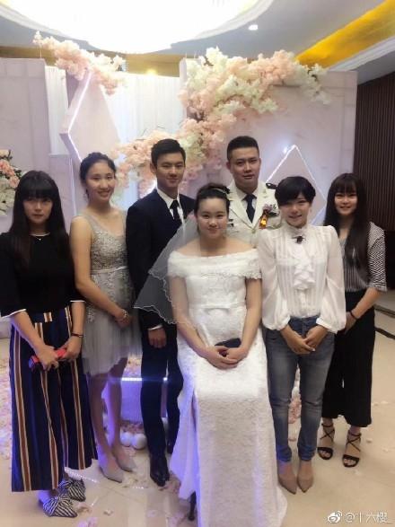Nam thần bơi lội Ninh Trạch Đào chói sáng hết phần cô dâu chú rể ở tiệc cưới - Ảnh 2.