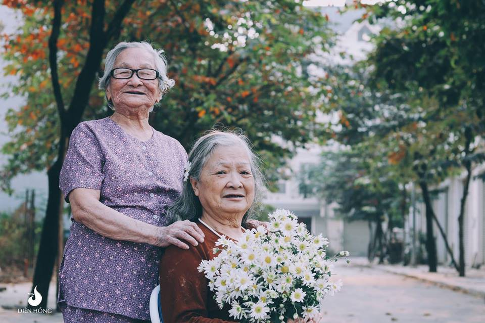 Bộ ảnh Tình bạn già bên cúc họa mi khiến nhiều người ước ao có một BFF như thế - Ảnh 2.