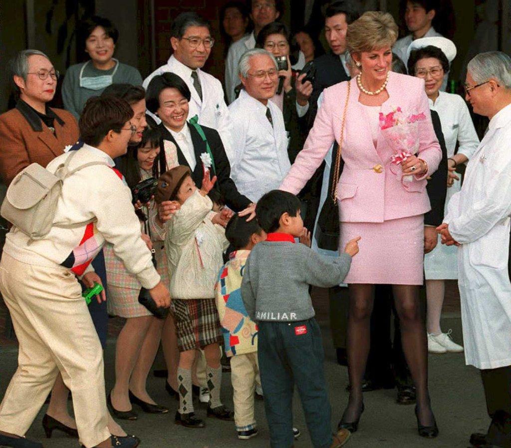 Công nương Diana không bao giờ đeo găng tay và đây là lí do - Ảnh 4.