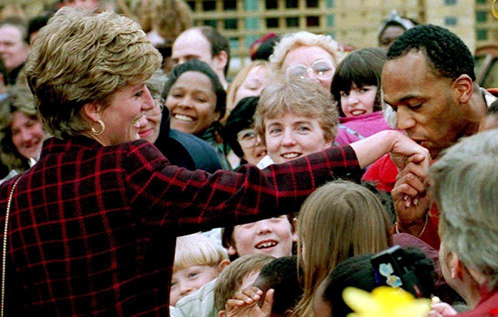 Công nương Diana không bao giờ đeo găng tay và đây là lí do - Ảnh 5.