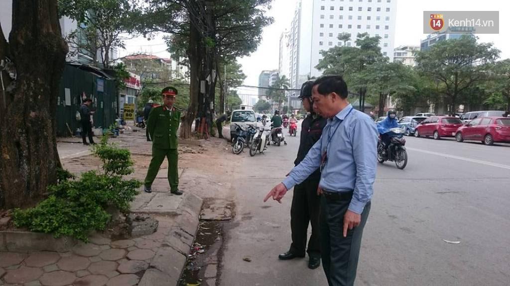 Thêm 2 người bị phạt 4 triệu đồng vì tiểu bậy ngoài đường phố Hà Nội - Ảnh 1.