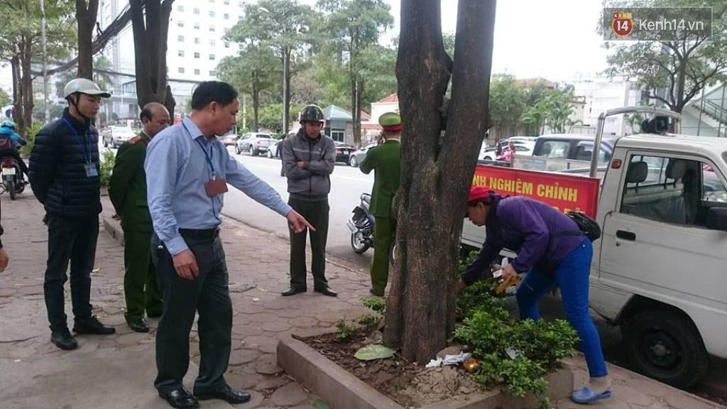 Thêm 2 người bị phạt 4 triệu đồng vì tiểu bậy ngoài đường phố Hà Nội - Ảnh 2.
