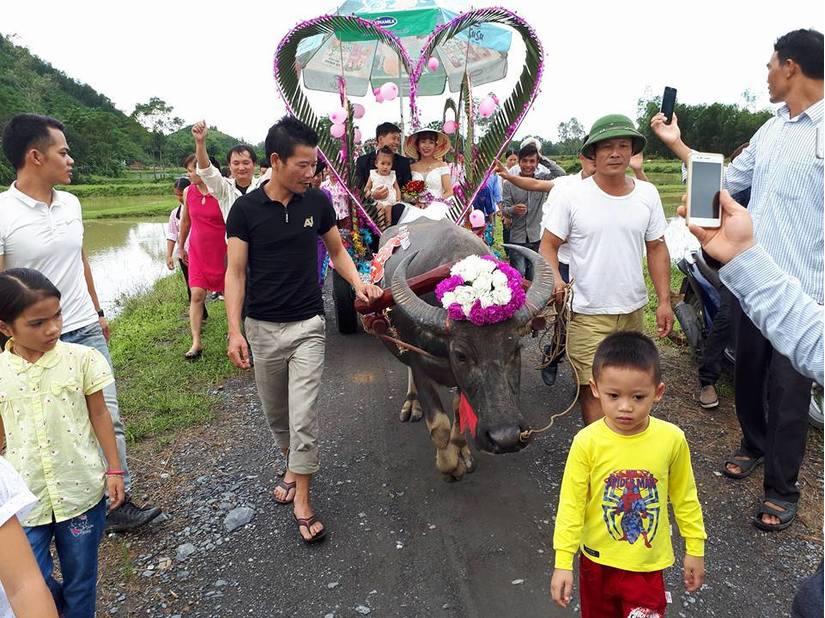 Đời sống: Nước ngập mênh mông, các cặp đôi ở Nghệ An vẫn quyết tâm