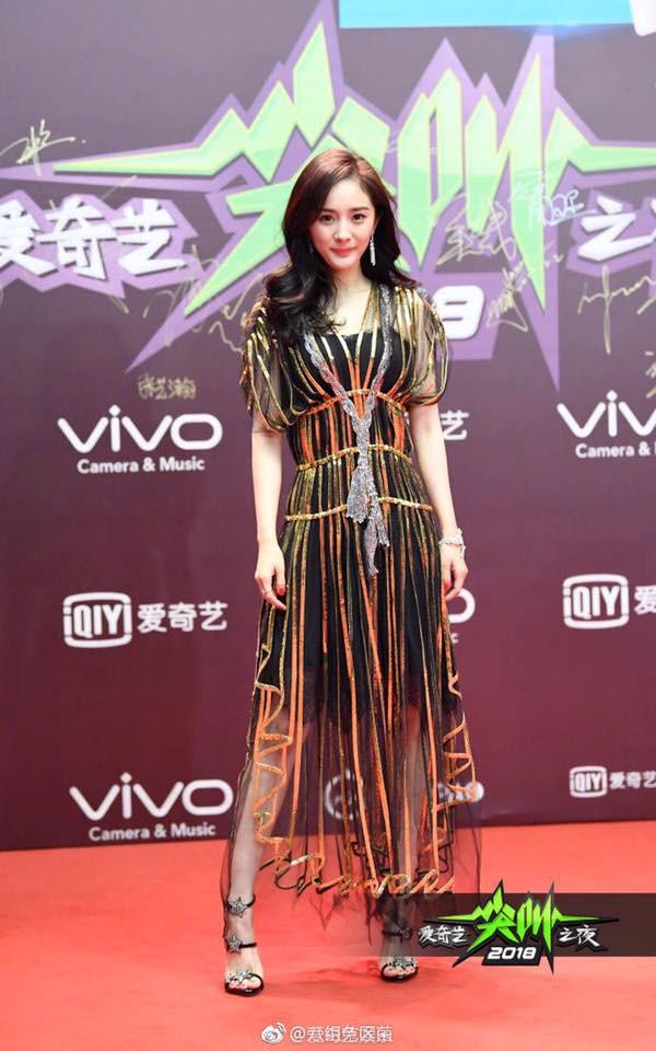 Đẹp thì đẹp thật nhưng Dương Mịch đang mặc thứ gì lên thảm đỏ vậy? - Ảnh 1.