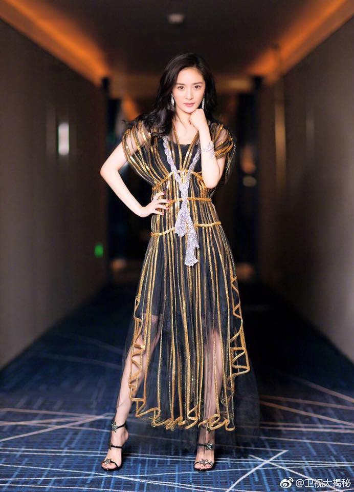 Đẹp thì đẹp thật nhưng Dương Mịch đang mặc thứ gì lên thảm đỏ vậy? - Ảnh 2.