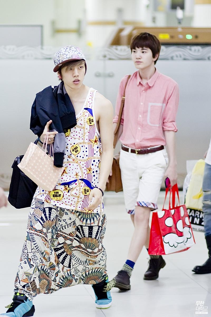 1001 kiểu thời trang sân bay dị như thể sợ không ai nhìn của các nam idol xứ Hàn - Ảnh 8.