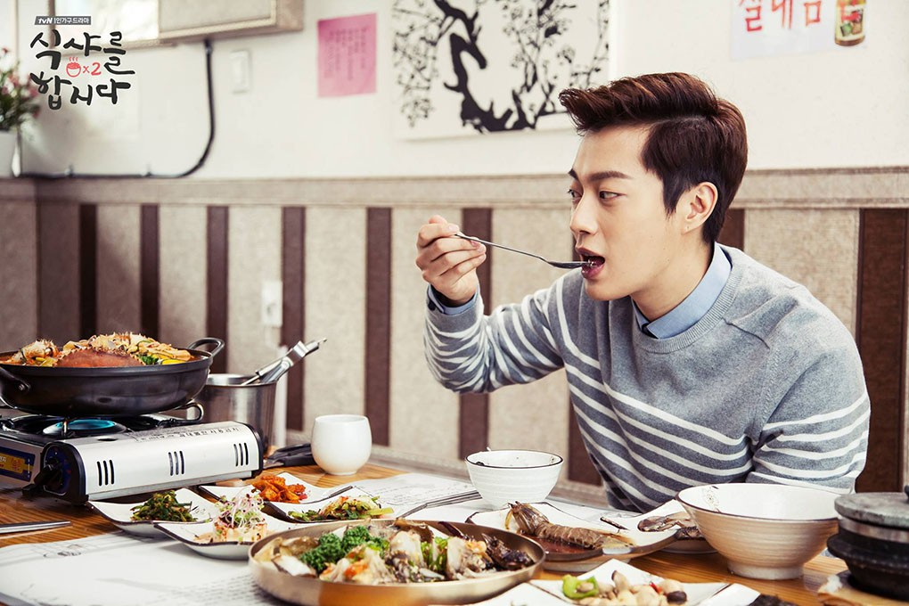 Cuộn kimbap thật đơn giản với mẹo nhỏ cực hay của thực thần Yoon Doo Joon - Ảnh 1.