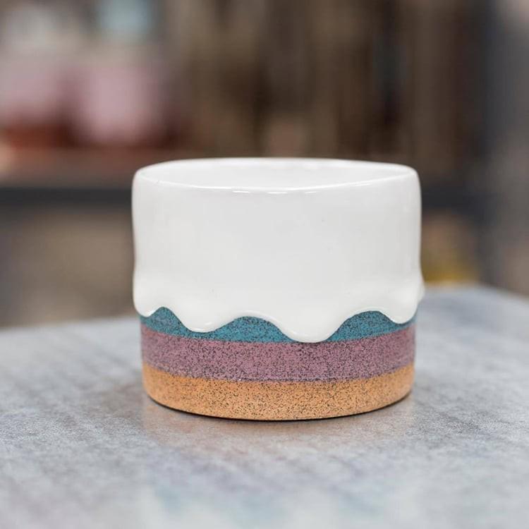 Bộ sưu tập cốc chén từ gốm nặn tay đẹp lung linh tựa cầu vồng - Ảnh 1.