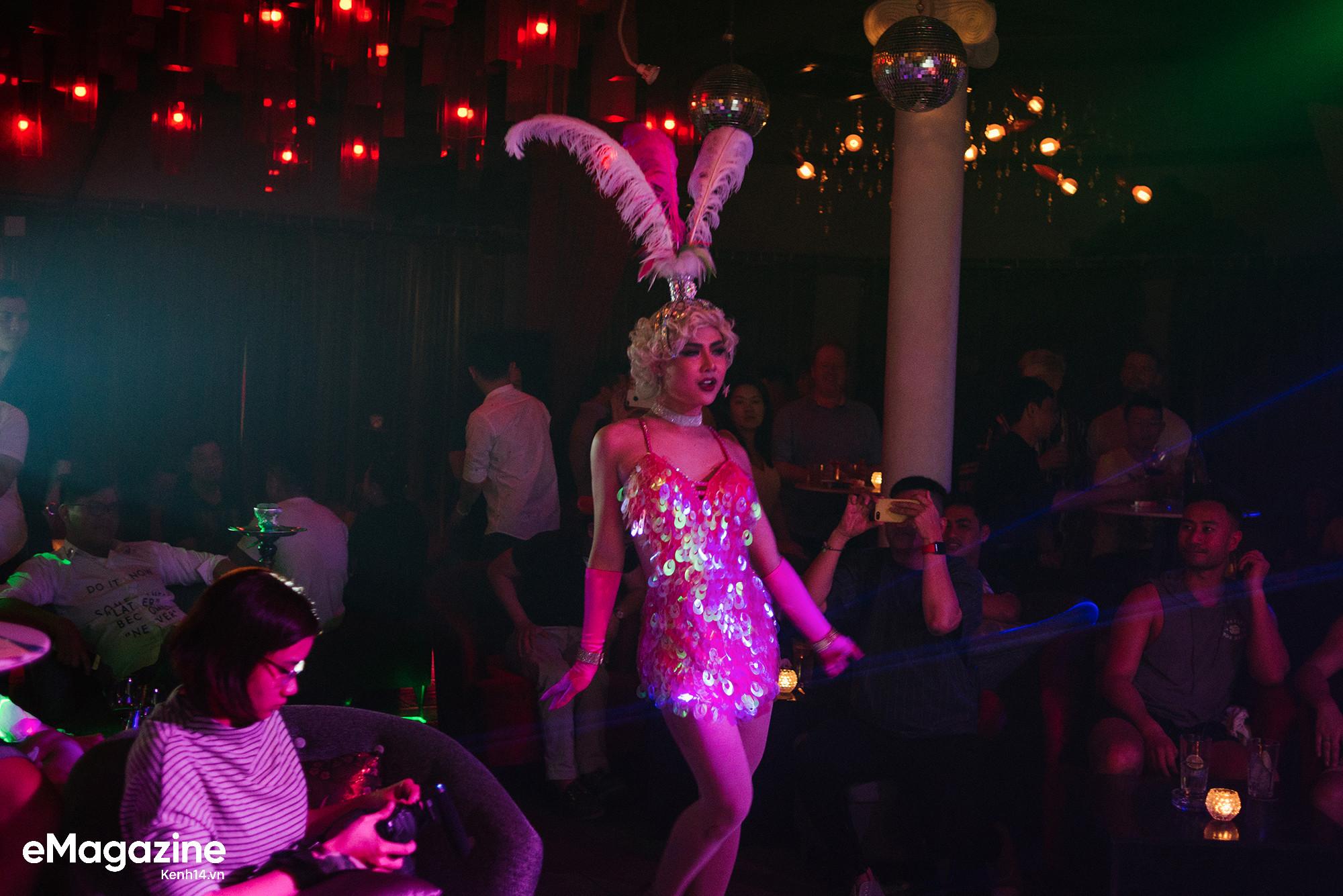 Sân khấu lúc 0h của những chàng trai hoá thân thành dàn sao nữ nổi tiếng trong các quán bar Sài Gòn - Ảnh 7.