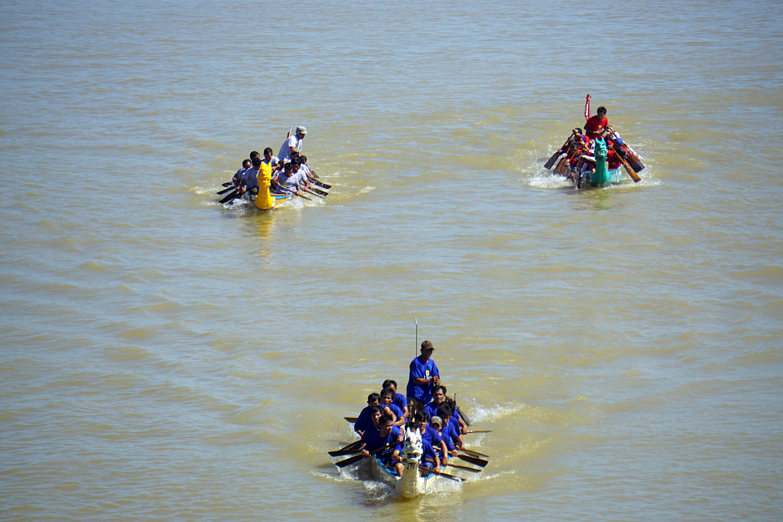 Hàng nghìn người Đà Nẵng đội nắng đổ ra sông Hàn xem đua thuyền ngày 2/9 - Ảnh 12.