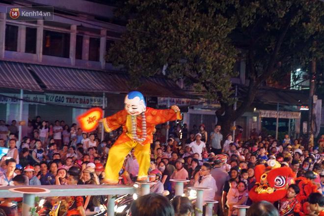 Đà Nẵng: Không khí rộn ràng khắp mọi tuyến đường khi các đội múa lân tràn ra giữa đường biểu diễn - Ảnh 5.