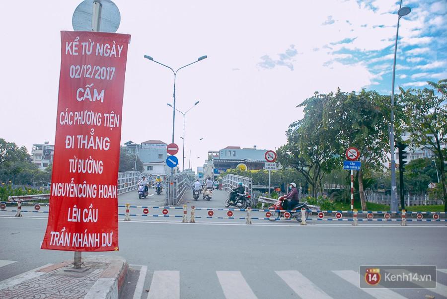 Vụ nghịch lý 2 cây cầu song song ở Sài Gòn: Đã lắp dải phân cách dưới chân cầu Trần Khánh Dư để chống kẹt xe - Ảnh 2.