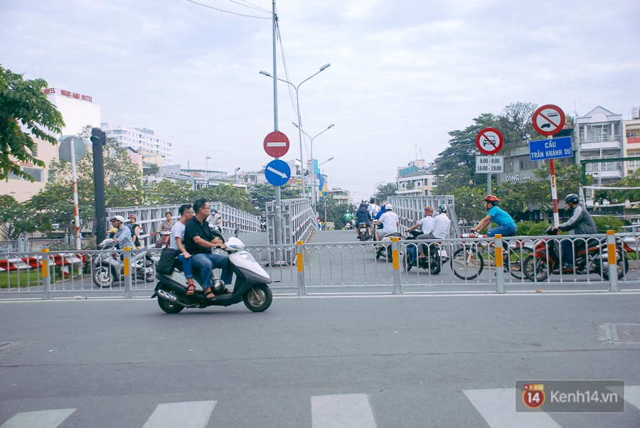 Vụ nghịch lý 2 cây cầu song song ở Sài Gòn: Đã lắp dải phân cách dưới chân cầu Trần Khánh Dư để chống kẹt xe - Ảnh 4.